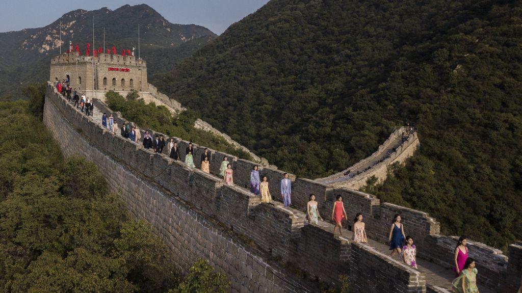 Défilé sur la Grande Muraille de Chine. A l'occasion du 40ème anniversaire de la présence de Pierre Cardin en Chine, un spectaculaire défilé était...