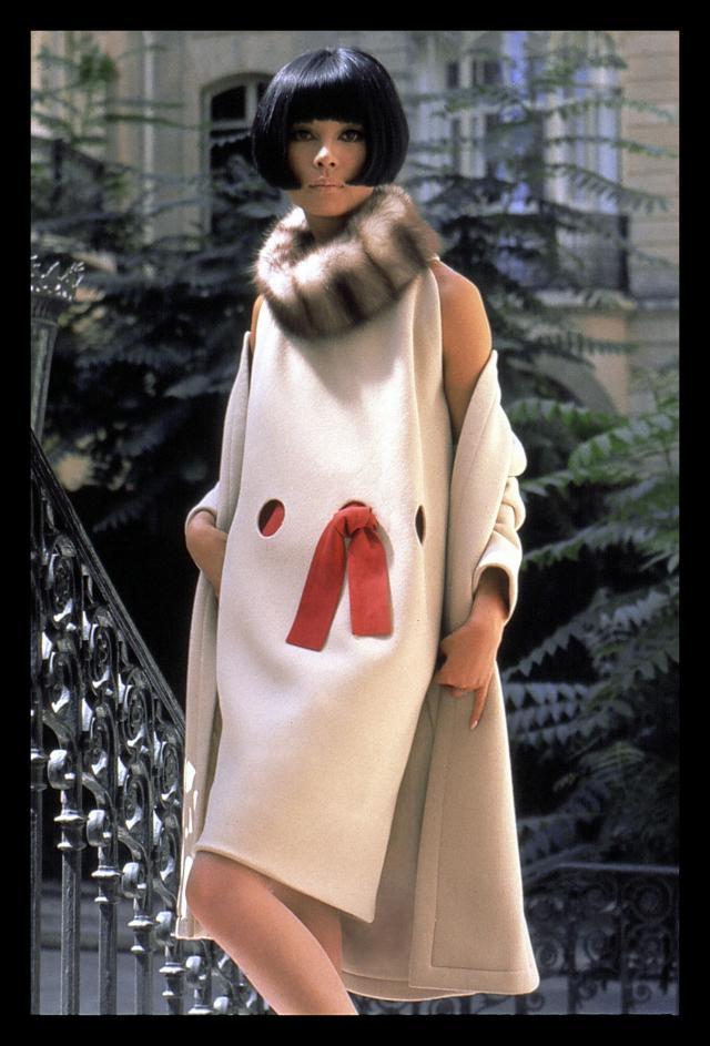 1965. Création Haute Couture Pierre Cardin Robe Cocktail à trous avec encolure zibeline, portée par Hiroko Matsumoto -