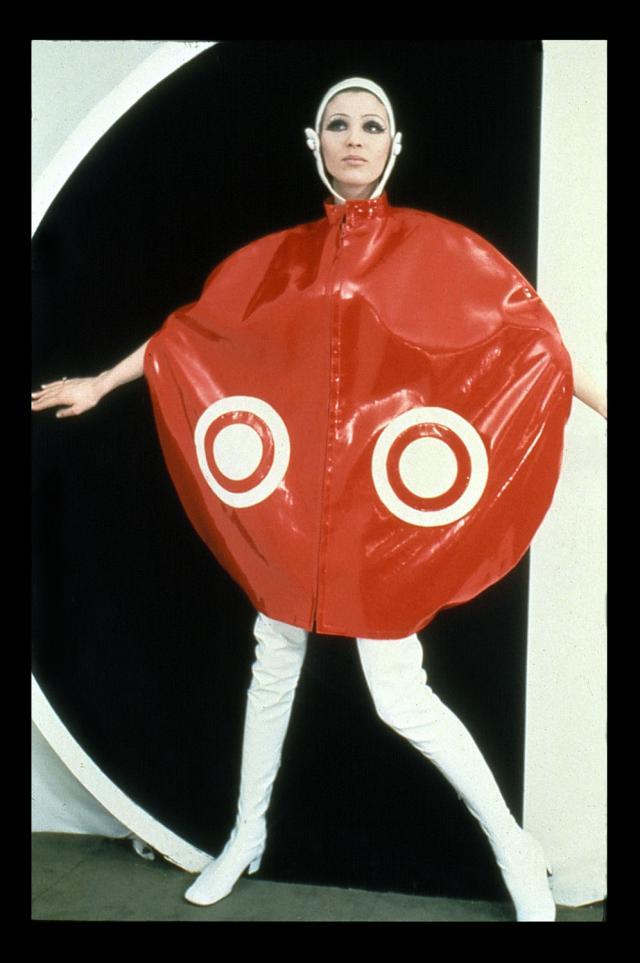 1969. Création Haute Couture Pierre Cardin Cape Satellite, casque et cuissardes -