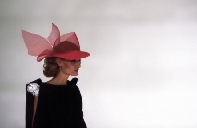 Chapeau. Création Haute Couture Pierre Cardin - 1982