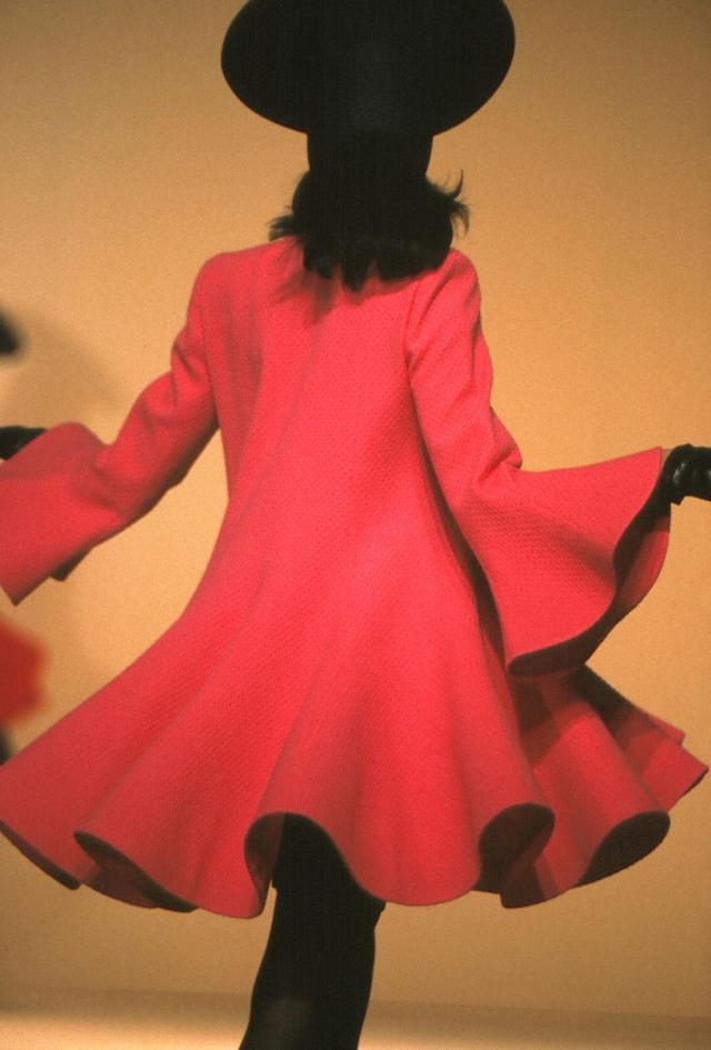 1992. Création Haute Couture Pierre Cardin Robe-manteau -
