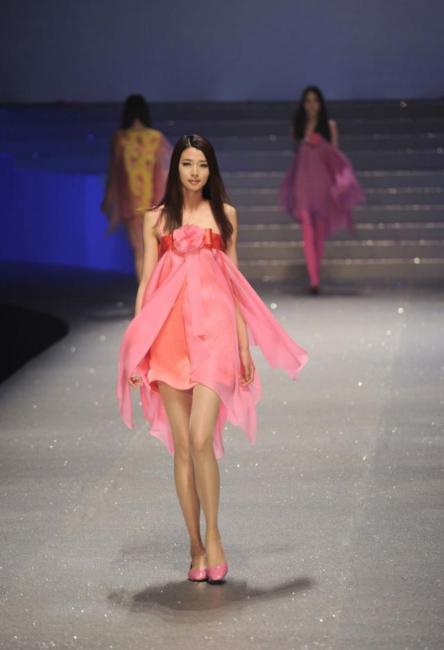 """2012. Création Haute Couture Pierre Cardin Défilé """"Water Cube"""" -"""