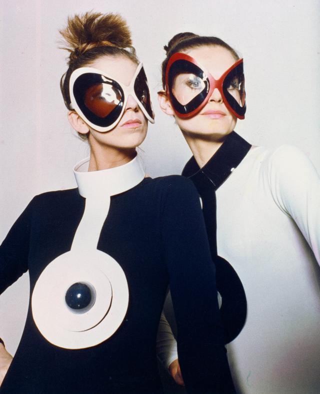 Accessoires. Chapeaux, lunettes, cravates, ceintures, gants, mais aussi sacs à main et chaussures, Pierre Cardin vous habille de la tête aux pieds